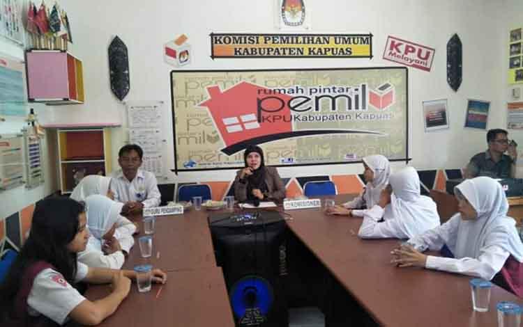 Rumah Pintar Pemilu KPU Kapuas saat dikunjungi sejumlah murid SDN 3 Selat Hilir, Rabu, 18 Desember 2019.