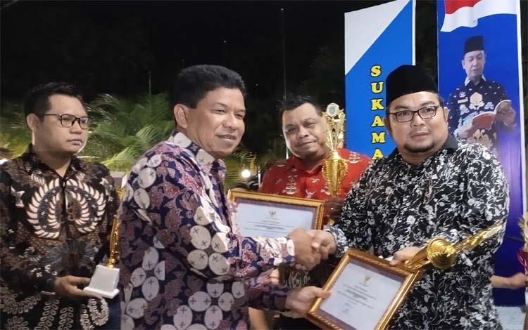 Wakil Bupati Sukamara, Ahmadi menyerahkan piagam kepada peserta penerima penghargaan sebagai penataan arsip terbaik