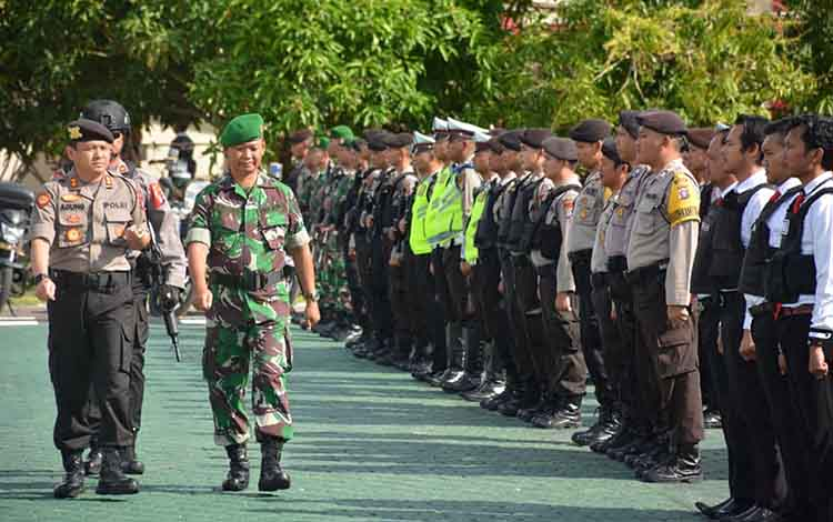 Kapolres Seruyan, AKBP Agung Tri Widiantoro dan Perwira Penghubung Kodim 1015Mayor Inf Bambang Waluyo, saat memeriksa pasukan pada apel Operasi Lilin Telabang 2019, Kamis, 19 Desember 2019.