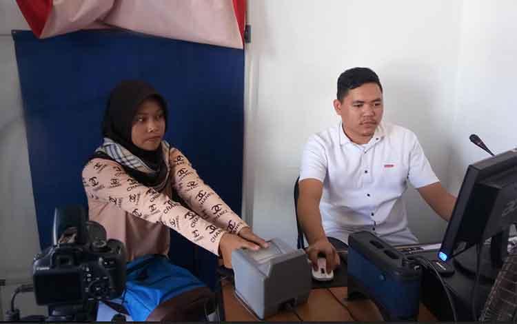 Perekaman data penduduk elektronik yang dilakukan oleh petugas Disduk Capil Kabupaten Kotawaringin Timur, Rabu 18 Desember 2019.