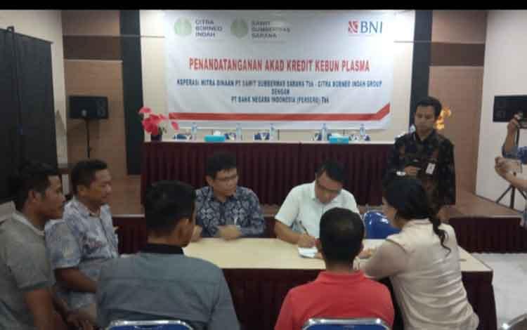 CEO CBI Group Rimbun Situmorang sedang menandatangani perjanjian kerjasama kredit antara koperasi petani binaan PT. SSMS, Tbk dengan BNI, Kamis, 19 Desember 2019