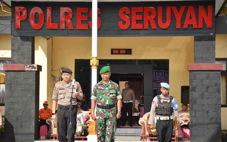 Kapolres Seruyan AKBP Agung Tri Widiantoro dan Perwira Penghubung Kodim 1015,Mayor Inf Bambang Waluyo menjadi inspektur upacara pada Apel Gelar Pasukan Operasi Lilin Telabang 2019.