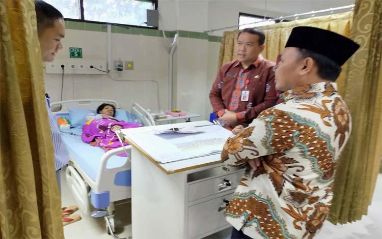 Gubernur Kalteng Sugianto Sabran mengjenguk pasien yang sedang sakit jantung di RSUD Doris Sylvanus Palangka Raya, Kamis 19 Desember 2019