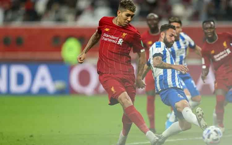 Penyerang Liverpool Roberto Firmino melepaskan tembakan dalam pertandingan Piala Dunia Antarklub 2019 melawan Monterrey, yang dimainkan di Stadion Internasional Khalifa, Doha, Qatar, Rabu (18/12/2019). (ANTARA/AFP/KARIM JAAFAR)