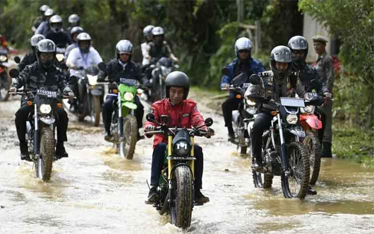 Presiden Joko Widodo (tengah) mengendarai motor Copper saat kunjungan kerja di Kecamatan Krayan, Kabupaten Nunukan, Kalimantan Utara, Kamis (19/12/2019). ANTARA FOTO/Puspa Perwitasari/foc/pri.