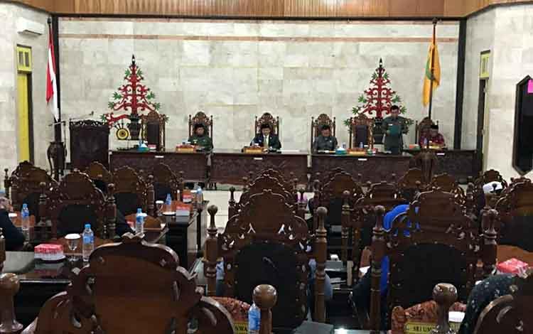 Rapat paripurna pengeshatan peraturan tata tertib dan kode etik DPRD Kapuas, Kamis siang, 19 Desember 2019.