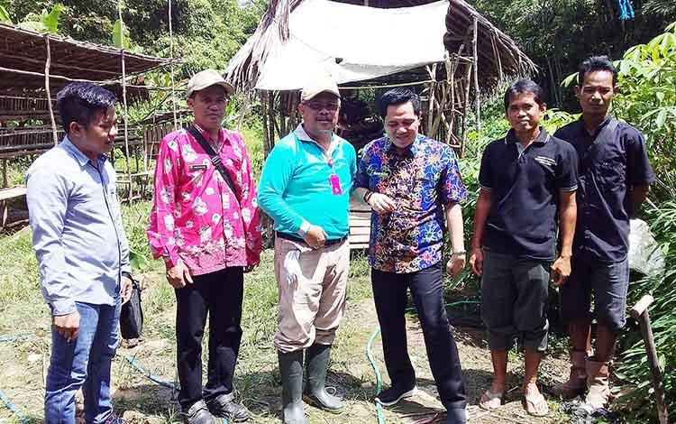 Kepala Distanak Kabupaten Barito Timur Riza Rahmadi dan Wakil Ketua DPRD Barito Timur Ariantho S Muler mengunjungi peternakan ayam petelur di Desa Lebo
