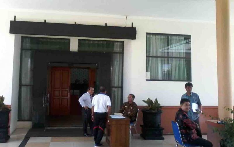 Depan pintu masuk ruang rapat DPRD Katingan.