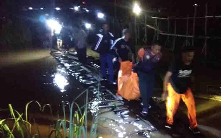 Petugas mengevakuasi jasad bocah korban tenggelam di Sungai Kahayan, Kamis, 19 Desember 2019 malam.