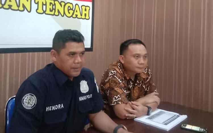 Kabid Humas Polda Kalteng Kombes Pol Hendra Rochmawan didampingi Dirkrimsus Polda Kalteng Kombes Pol