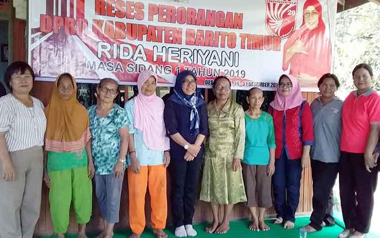 Anggota DPRD Barito Timur dari Partai Keadilan dan Persatuan Indonesia (PKPI) Rida Heriyani menggelar reses perorangan di Desa Tampa Kecamatan Paku. Jumat, 20 Desember 2019.