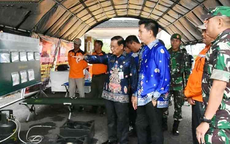 Bupati Barito Utara, H Nadalsyah didampingi Wakil Bupati Sugianto Panala Putra, Sekda dan unsur FKPD saat melihat dan mengecek alat-alat siaga bencana.
