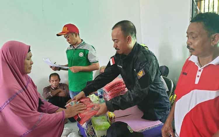 Bupati Seruyan menyerahkan bantuan pakaian kepada 150 lansia yang ada di Desa Ayawan Kecamatan Seruyan Tengah