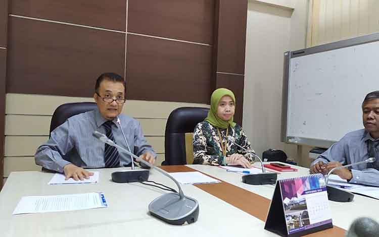 Kepala Perwakilan Bank Indonesia Kalimantan Tengah, Rihando (kiri) dalam pertemuan dengan awak media