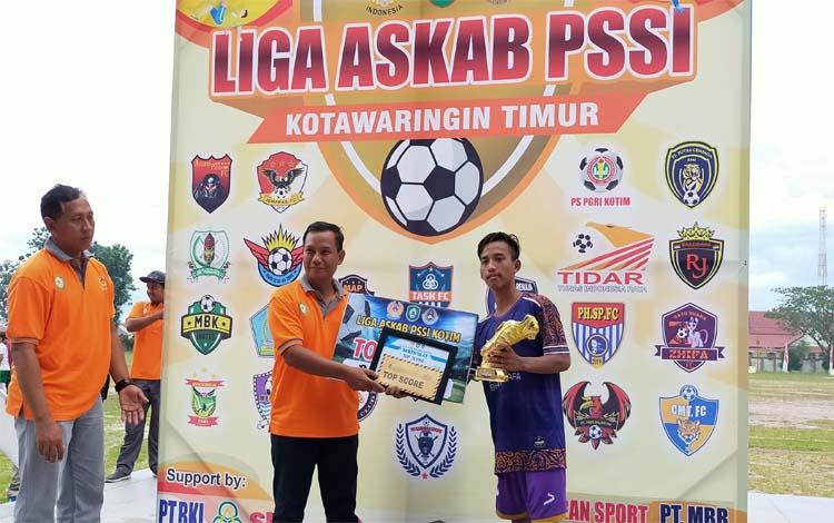 Ketua Askab PSSI Kotim, Ali Natadilaga menyerahkan piala dan uang pembinaan kepada pemain terbaik. Di 2020 Askab PSSI juga akan menggelar Liga Wanita