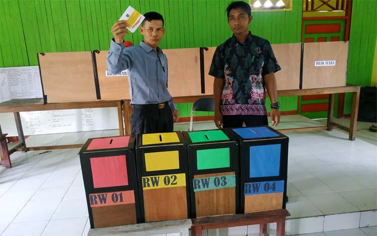 Kades Bangun Harja Mahmud Hasani menggunakan hak suaranya memilih anggota BPD