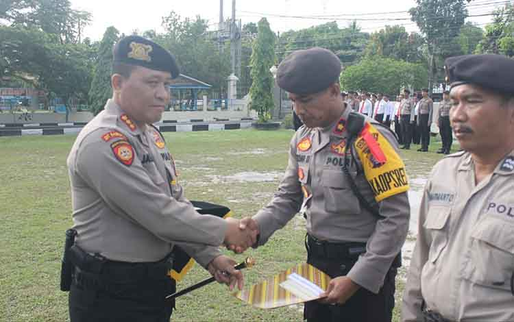 Kapolresta Palangka Raya Kombes Pol Dwi Tunggal Jaladri saat memberikan penghargaan kepada Wakapolres Palangka Raya Kompol Arman Muis, Senin 23 Desember 2019.