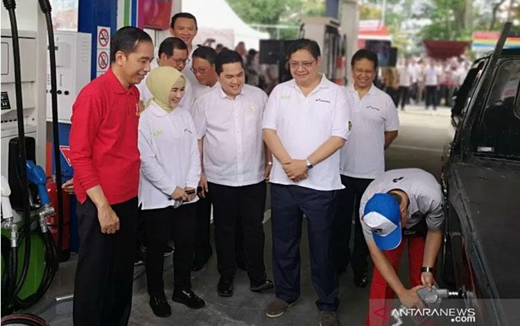 Presiden Jokowi dan sejumlah pejabat menyaksikan pengisian biodiesel di kendaraan usai peresmian implementasi Program B30 di SPBU Pertamina Jalan MT Haryono Jakarta Selatan, Senin (23/12/2019). (Agus Salim)