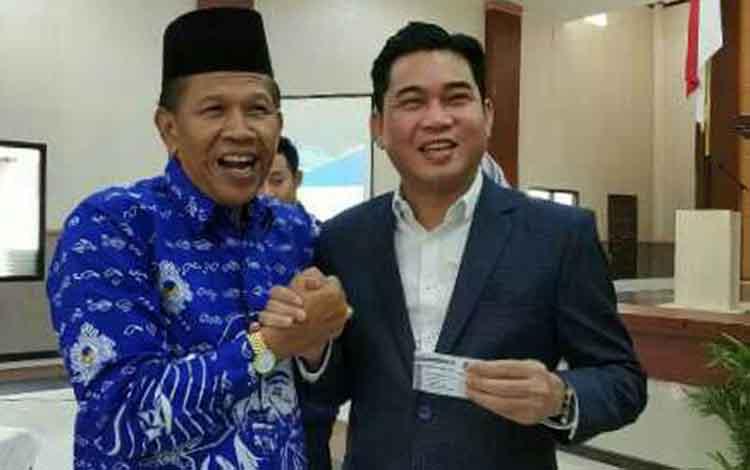 HM Jhon Krisli (kanan) resmi meninggalkan PDIP dan menerima KTA Nasdem.