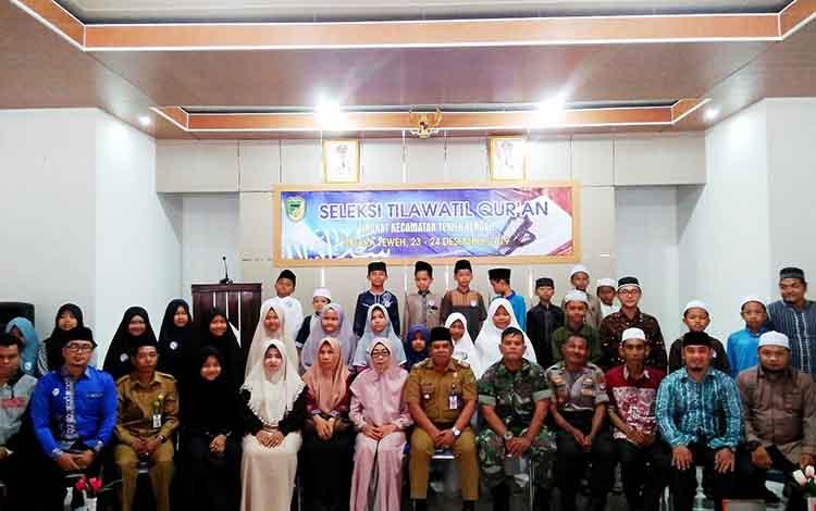Camat Teweh Tengah H Mastur foto bersama usai pembukaan STQ tingkat Kecamatan Teweh Tengah, di aula kecamatan setempat, Senin 23 Desember 2019.