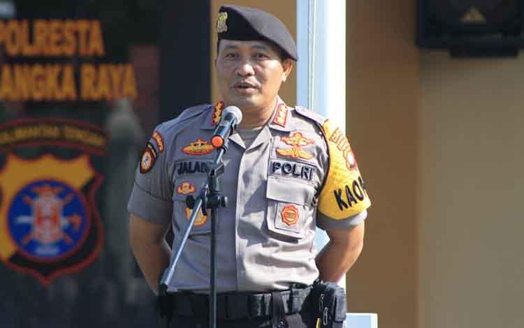 Kapolresta Palangka Raya Kombes Pol Dwi Tunggal Jaladri saat memimpin apel gabungan kesiapan pengamanan Natal, 24 Oktober 2019.