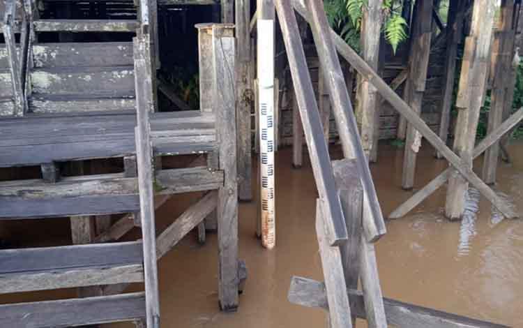 Tiang pengukur kedalaman DAS Katingan di Dermaga Hurung Kasongan ini menunjukan peningkatan debit air setinggi 20 centimeter dibanding hari sebelumnya.
