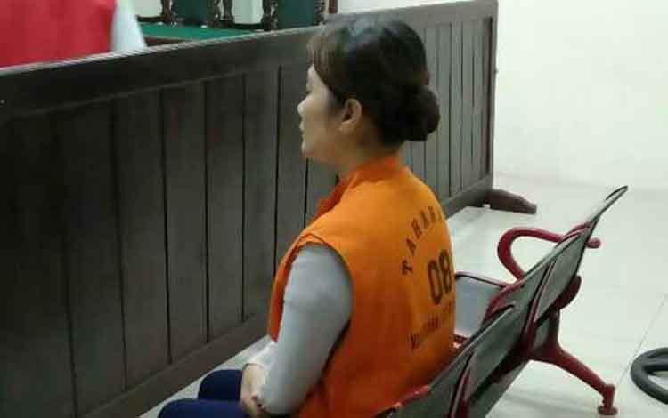 Sumi, janda terdakwa sabu saat di Pengadilan Negeri Sampit. Ia terancam menjalani hukuman 8 tahun penjara.