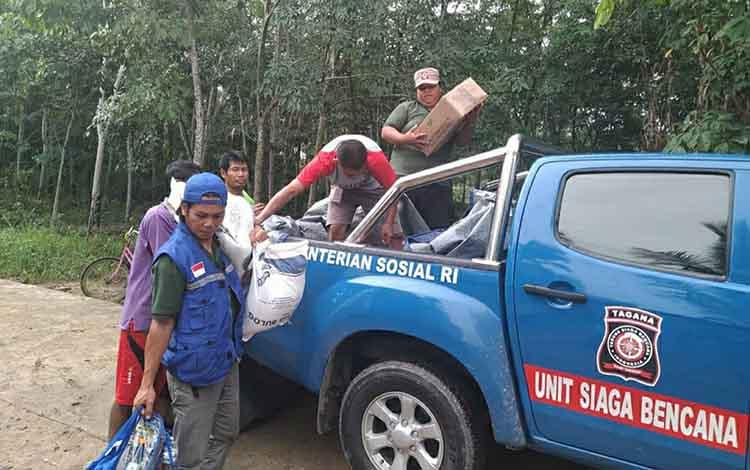 Dinsos Kapuas dan Tagana menyalurkan bantuan untuk korban kebakan rumah di Desa Tamban Luar, Kecamatan Bataguh pada Kamis sore, 26 Desember 2019.
