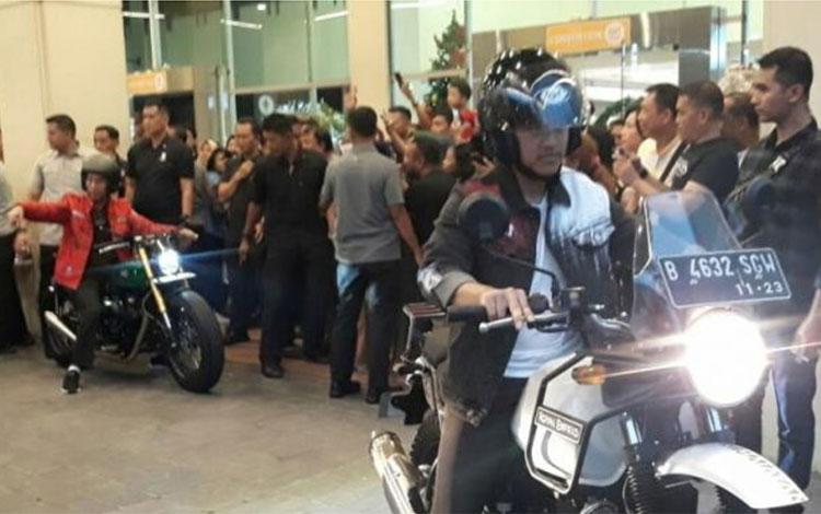 Presiden Joko Widodo (Jokowi) mengunjungi Mall Botani Square, Kota Bogor. Ditemani putra bungsunya Kaesang Pagarep, Jokowi menunggangi motor customnya ke mall tersebut.
