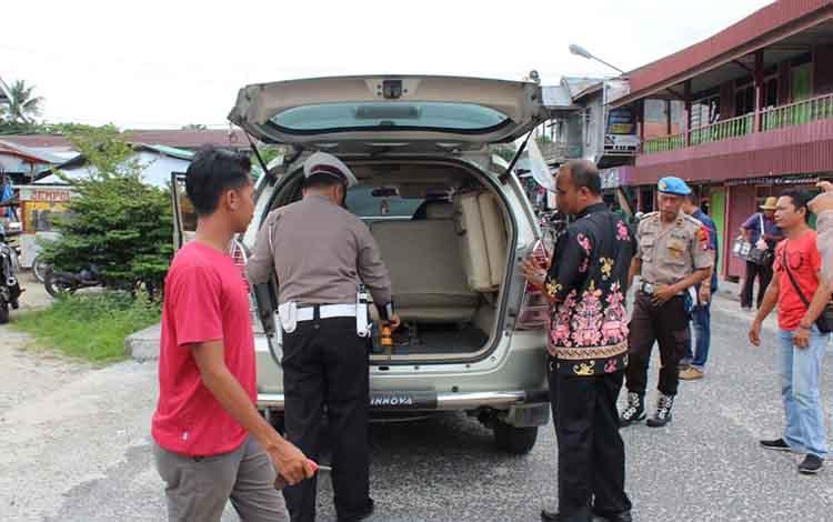 Satlantas Polres Sukamara saat melakukan pengecekan kelayakan kendaraan roda empat.