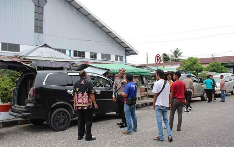Satlantas Polres Sukamara saat melakukan pengecekan kelayakan mobil taksi di Pelabuhan Tangsi, Kamis, 26 Desember 2019.