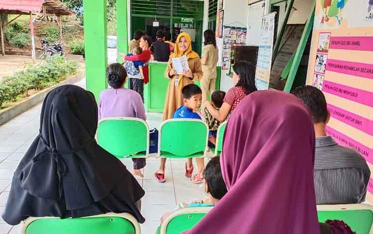 Sanitarian Puskesmas Bentot, Risna Wati ketika melakukan penyuluhan kepada masyarakat yang berkunjung ke Puskesmas.