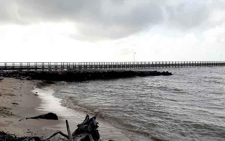 Anjungan yang berada di lokasi Wisata Pantai Citra, Kecamatan Pantai Lunci, Kabupaten Sukamara. Warga setempat mengharapkan perbaikan jalan dan jembatan.