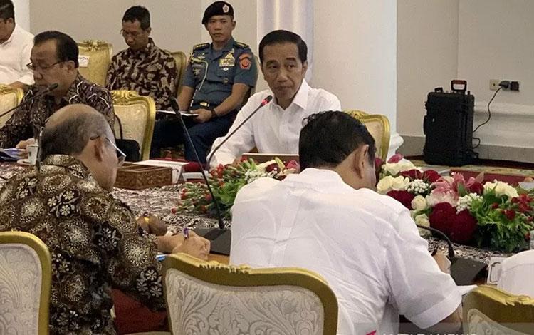 Presiden Jokowi memimpin rapat terbatas dengan topik perkembangan penyusunan Omnibus Law Cipta Lapangan Kerja di Istana Kepresidenan Bogor, Jumat (27/12/2019). ANTARA/Hanni Sofia/am.