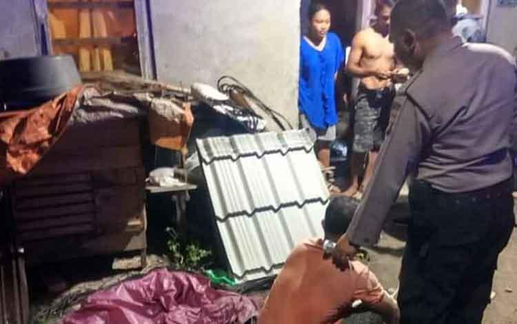 Edi(40)pelaku pencurian seng saat diamankan oleh petugas kepolisian bersama barang bukti yang dicurinya, Jumat 27 Desember 2019.