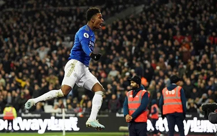 Penyerang sayap Leicester City Demarai Gray merayakan golnya ke gawang West Ham United.