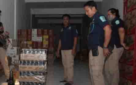 Petugas mengamanan miras kedaluwarsa hasil razia sejumlah THM di Palangka Raya.