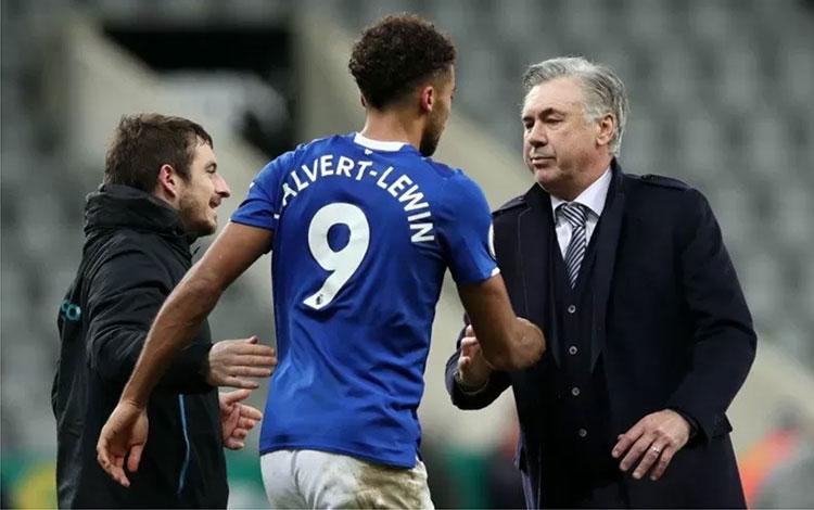 Manajer Everton Carlo Ancelotti bersalaman dengan Dominic Calvert-Lewin setelah pertandingan Liga In