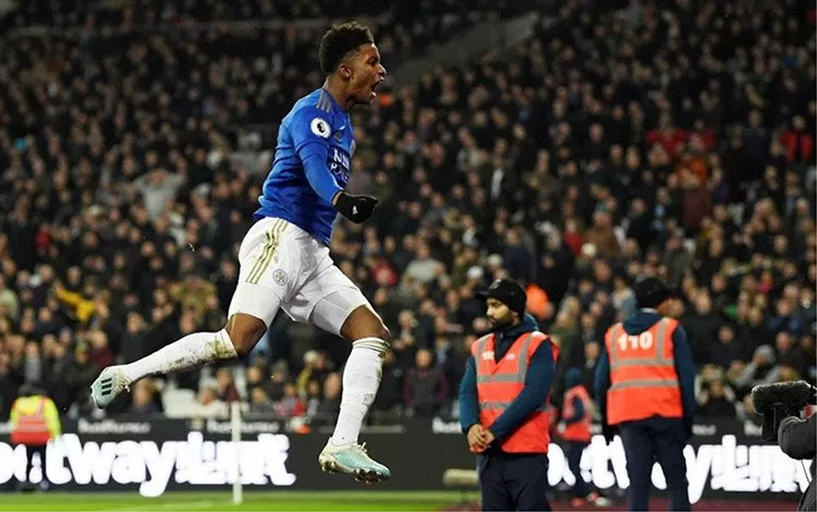 Penyerang sayap Leicester City Demarai Gray merayakan golnya ke gawang West Ham United dalam lanjutan Liga Inggris di Stadion Olimpiade London, Inggris, Sabtu (28/12/2019) waktu setempat. (ANTARA/REUTERS/Tony O Brien)