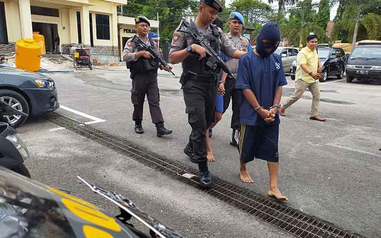 Pelaku pencabulan anak saat digiring polisi. Mereka berdua terancam 15 tahun penjara akibat perbuatannya tersebut, Senin, 30 Desember 2019.