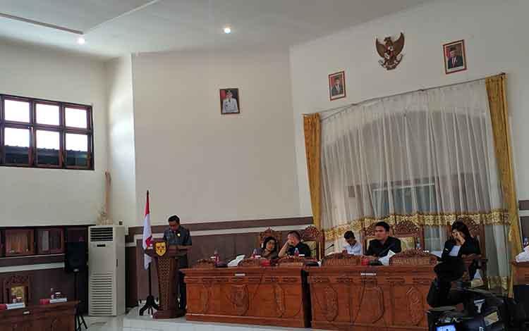 Ketua DPRD Gunung Mas menyampaikan sambutan rapat paripurna ke 12 masa persidangan keI di ruang rapat DPRD setempat