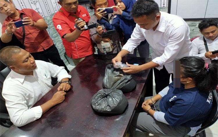 Kasat Narkoba Polres Kotim Iptu Arasi bersama anggotanya saat menunjukan sabu yang disimpan dalam kantong kresek berisi beras dan dijual dengan harga Rp 6,1 juta, Senin 30 Desember 2019