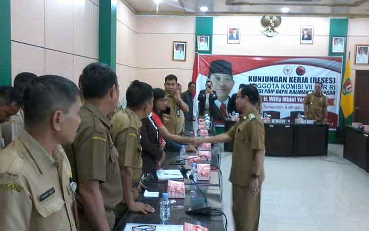 Bupati Sakariyas menyalami peserta rapat saat anggota komisi VII DPR RI kunker ke Pemkab Katingan.