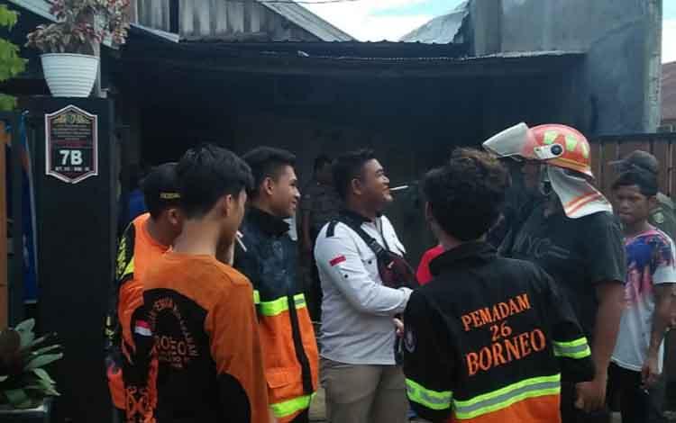 Petugas pemadam kebakaran saat usai melakukan pendinginan di depan rumah milik Dwi, Jalan Badak IX, Palangka Raya, Senin 30 Desember 2019