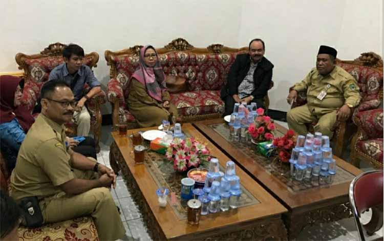 Susasana saat Sekretaris DPRD Kapuas Hidayatullah menerima kunjungan dari Sekretariat DPRD Kabupaten Banjar, Selasa 31 Desember 2019