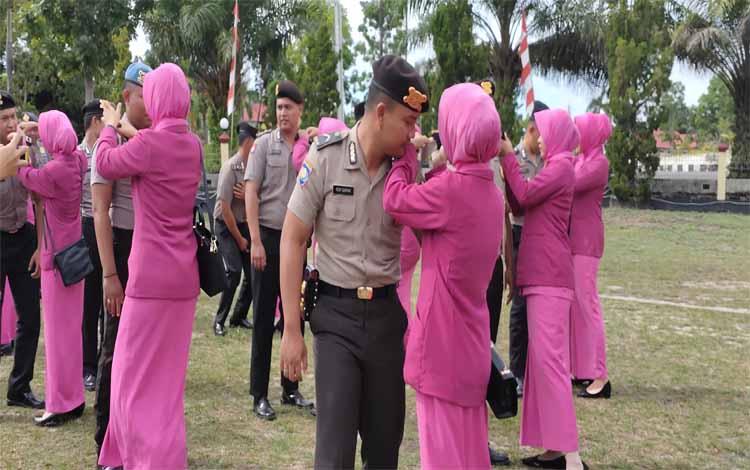 Para Bhayangkari memasangkan tanda pangkat kepada suaminya. Ada 59 anggota Polres Sukamara yang naik pangkat, Selasa 31 Desember 2019
