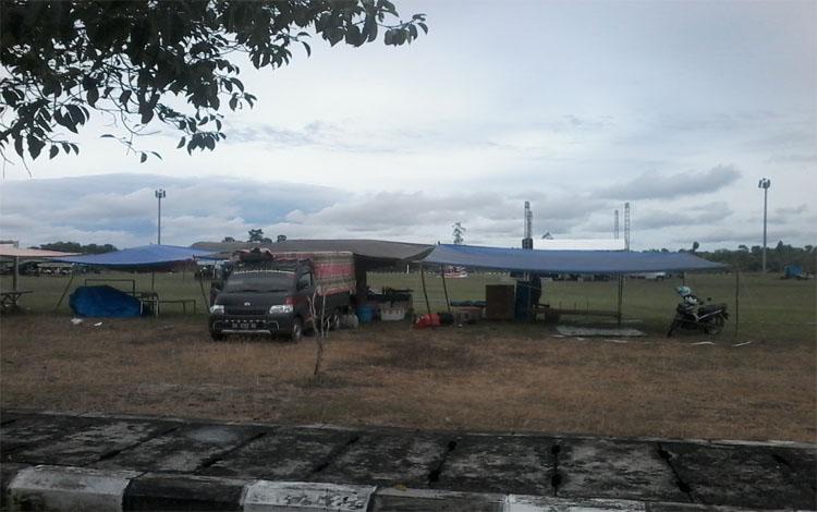 Para pedagang menyiapkan tenda untuk berjualan di Lapangan Sport Center Kasongan menyambut malam tahun baru