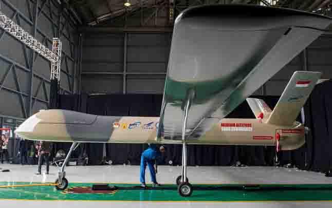 Petugas memeriksa Pesawat Udara Nir Awak (PUNA) jenis Medium Altitude Long Endurance (MALE) sebelum diperlihatkan untuk pengenalan perdana di hanggar PT Dirgantara Indonesia (Persero), Bandung, Jawa Barat. (Foto : ANTARA)