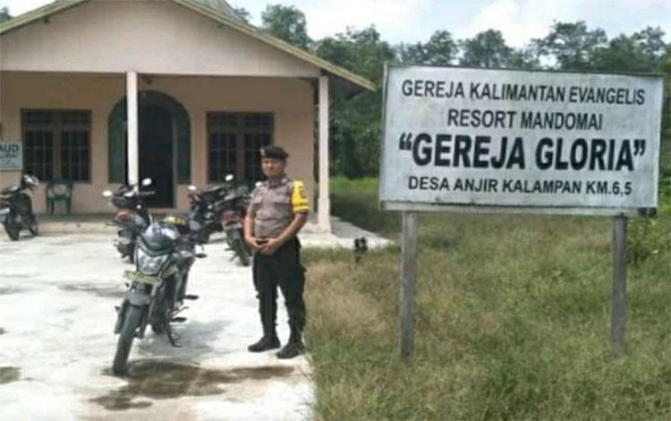 Bhabinkamtibmas Polsek Kapuas Barat patroli ke tempat ibadah di Desa Anjir Kalampan, Rabu 1 Januari 2020
