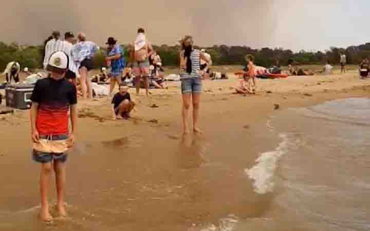 Kerumunan orang di pantai mengungsi dari kebakaran hutan di Teluk Batemans, Australia, 31 Desember 2019. (foto : instagram)
